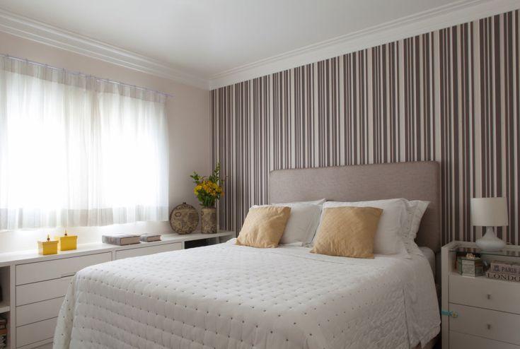 Papel de parede na cabeceira da cama.