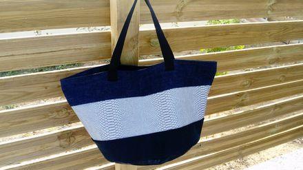 Grand cabas sac fourre tout rond, avec un fond en simili imitation cuir noir, et tissu jean's.  Le fond du sac mesure 39cm de diamètre, 31cm de hauteur, avec deux poignées de 53c - 20946038