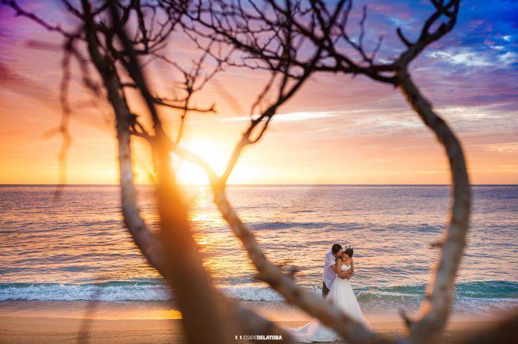 Big hug at the sunrise #sunrise #weddingsincabo #cabophotographer #loscabos #josafatdelatoba