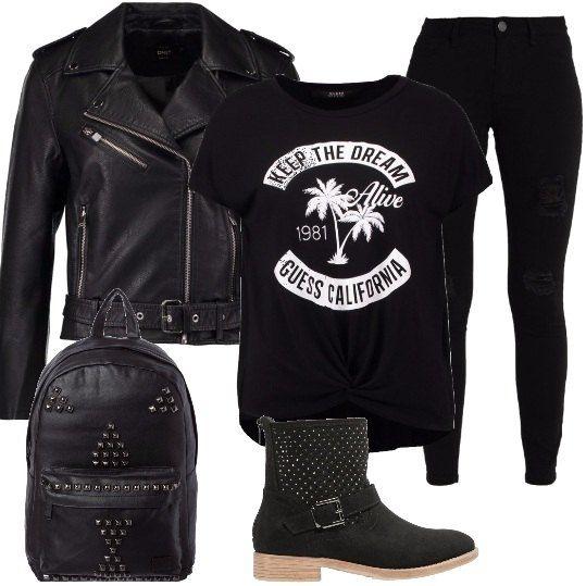 Una t-shirt nera con un simpatico messaggio viene indossata con un paio di jeans skinny sdruciti e sotto un giubbotto in similpelle. Le scarpe sono degli stivaletti biker, mentre lo zaino ha dei decori in metallo.
