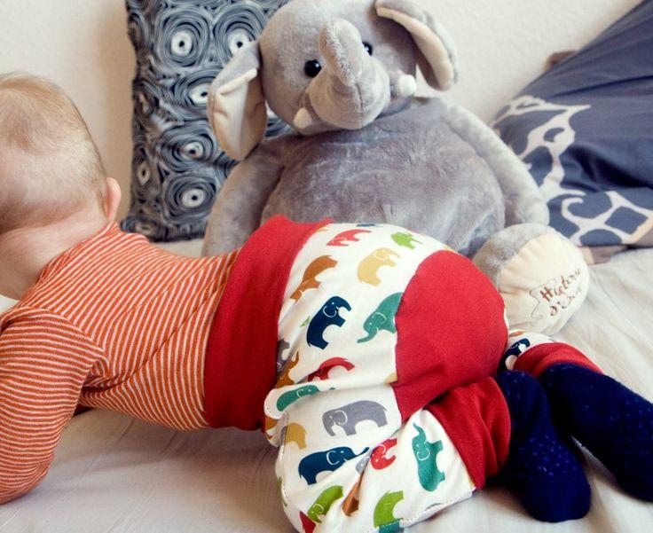 """Petit pantalon contrasté, body croisé modèle Ottobre et cahier d'inspiration sur le thème de l'éléphant Mon bébé grandit """"à pas d'éléphant"""" : il se balade partout, entreprend d'escalader tous les m..."""