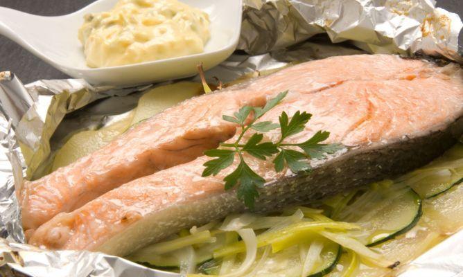 Karlos Arguiñano elabora una receta desalmón al papillote con salsa tártara. Se trata de una forma sana de cocinar el pescado en el horno, evitando cocinar con grasas.