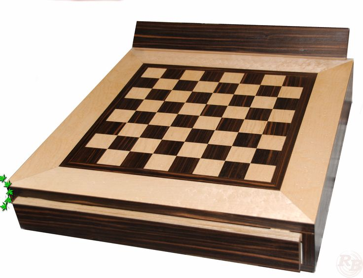 Schachtische und Schachbretter. Individuell nach Kundenwunsch gefertigt. Jeder Tisch wird nur einmal auf Wunsch und Absprache gefertigt. Die Gestelle können aus Metall oder Holz gefertigt werden. Auf dem Bild ist ein Beispiel für den Korpus und Platte aus Makassar-Ebenholz und Vogelaugenahorn zu sehen.