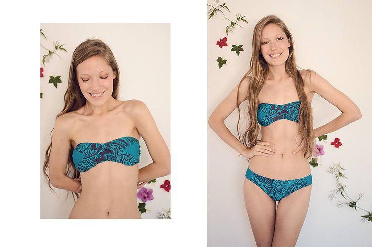 Bikini corpiño bandeau con taza soft desmontable + bombacha con recortes.