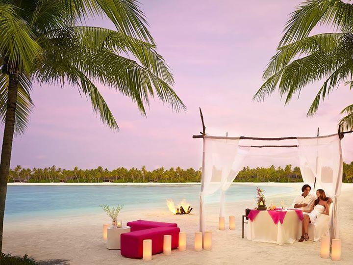 De jantares romântico sob as estrelas e em praias privativas até um churrasco preparado a bordo de um tradicional Dhoni, o One & Only Reethi Rah possui as mais variadas e transcendentais experiências culinárias, perfeito para todos os gostos e momentos. #oneandonly #reethirah #maldivas #signaturetravel #queroviajar #experiênciaúnica #travelinstyle #viagem #viajar #luxuryplaces #hotel #luxuryhotel #lifestyle #praia #mar #destino #maldivas #beautifuldestinations #beautiful #paisagem…