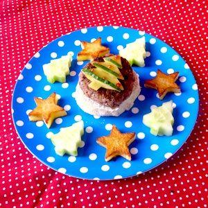 Een feestelijk bordje met kerst voor de kinderen! Aardappels, komkommer en een kleine homemade hamburger – laat het kerstdiner maar beginnen! Recept op http://dekinderkookshop.nl/recipe-items/kinderkerstburger-met-aardappelsterren/  Easy and fun christmas dinner for kids! Fun recipe to make your own christmas main course with christmas trees and stars.