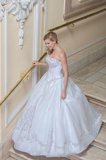 75 - klasszikus hercegnős esküvői ruha, csipkével, Swarovski kristállyal díszített szoknyarésszel