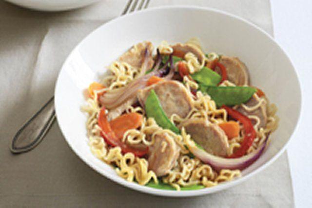 Préparez ce sauté en un clin d'oeil en mélangeant des légumes croquants, du porc et des nouilles instantanées.