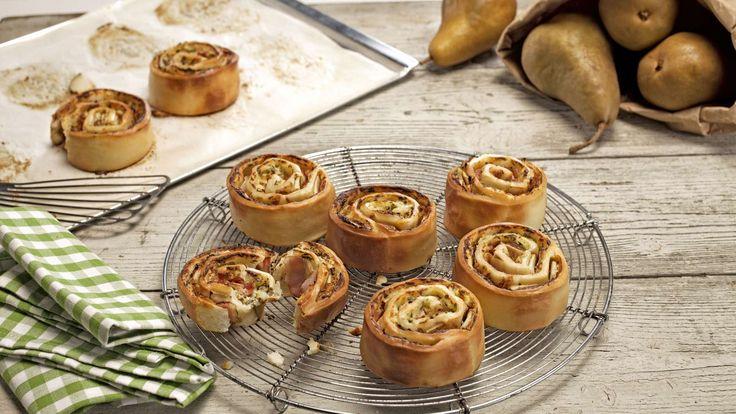 Heissgeliebtes Fingerfood für Partys und Buffets: Speck-Birnen-Schnecken aus Pizzateig mit Cantadou, Petersilie und Röstzwiebeln.