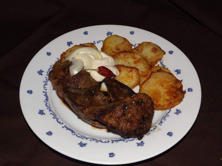 Játra očistíme, brambory ve slupce uvaříme do poloměkka . Brambory oloupeme, stroužek česneku také oloupeme, brambory nakrájíme na silnější...