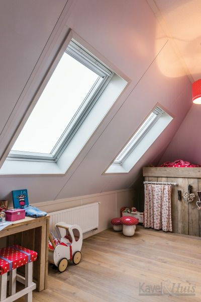 Eén van de drie lichte kinder slaapkamers. Met tuimelvenster ramen.