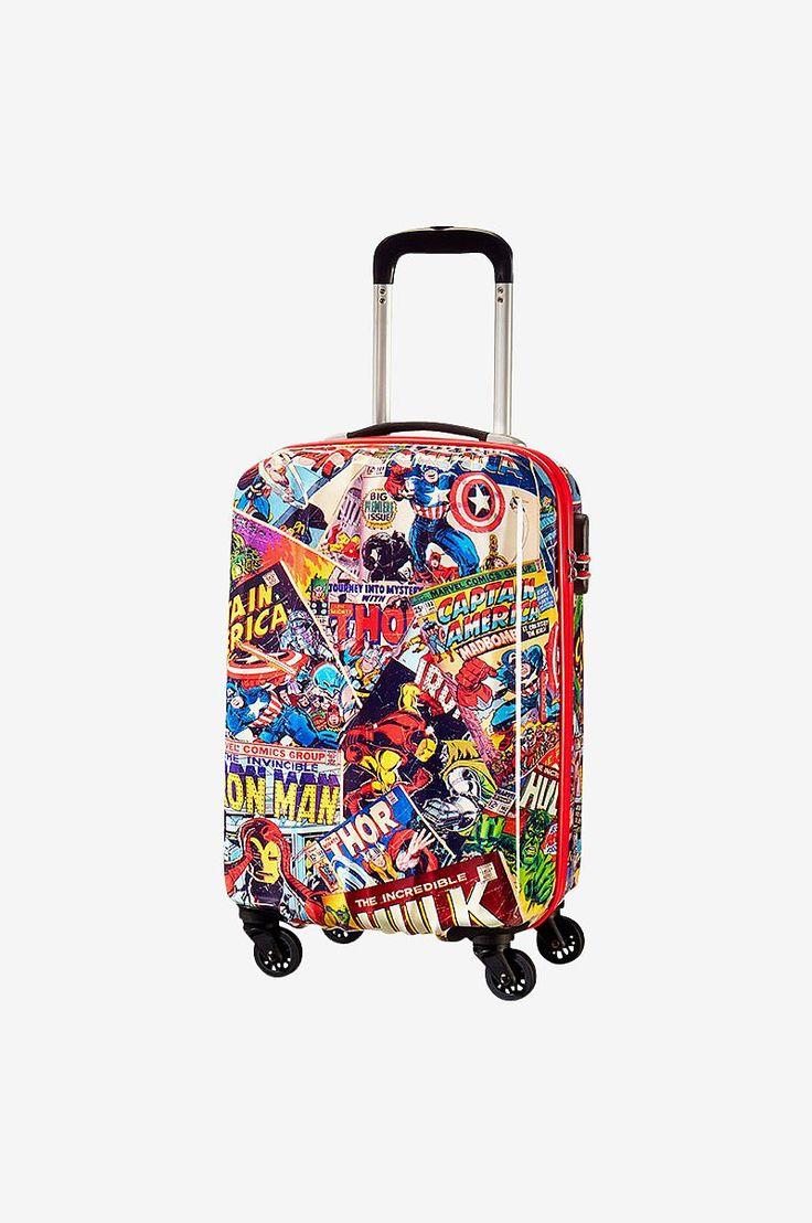 Ta med dig Marvel superhjältar på planet. Det ultra coola vintagestil trycket presenterar Thor, Captain America, Iron Man och Hulken på utsidan och matchande foder på insidan. Med en massa bra funktioner som fast kombinationslås för extra säkerhet, släta rullande hjul och bekväma handtag kommer Marvel resväskan göra att du känner dig som en superhjälte. - Material: ABS - Dimension: 35,0 x 55,0 x 25,0 cm - Volym: 32,0 L - Vikt: 2,70 kg - Garanti: Begränsad 2 års global garanti - Hjul: 4 hjul…