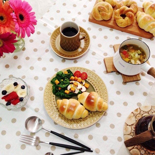 Today's breakfast ◡̎⑅ * ∞朝焼きロールパンとプレッツェル ∞7種類の野菜とチキンのスープ ∞菜の花サラダ ∞フルーツヨーグルト で朝ごはん。 * 最近、ベーグルばっかり作ってたから久しぶりのロールパンちょっと面倒だったよ〜…꒰꒪꒫꒪‧̣̥̇꒱ でも、焼きたてはうまうまでした(๑ʾڡʿ๑) * *