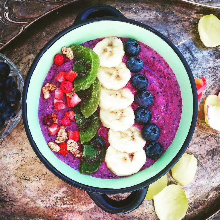 God save the blender! Если добавить в чернично-банановый #смузи немного овсяных хлопьевто текстура станет густой и плотнойа в результате получится настоящий полноценный углеводно-витаминный #завтрак. Это отнимает буквально 5 минута #настроение дает на целый день:). #пп #праздник #ппзавтрак #овсянка #спорт #зож #ип #интуитивноепитание #вкусно #мирдолжензнатьчтояем #фудпорн #фотоеды #food #foodporn #healthyfood #cleaneating #breakfast #smoothie #smoothieroundup #sport #befit #gm #доброе утро…