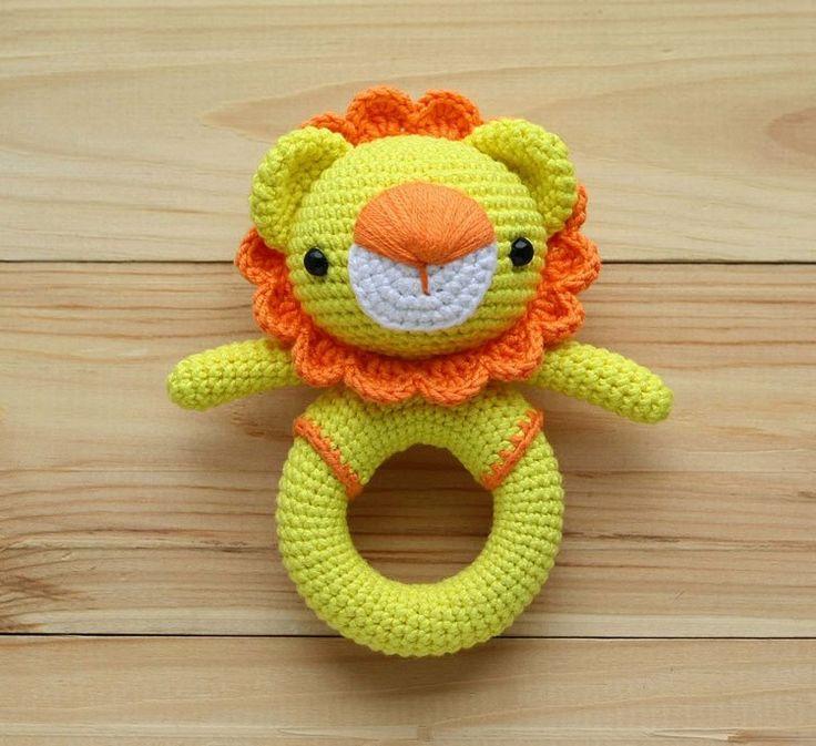Modelo de rattle de juguete de crochet de león