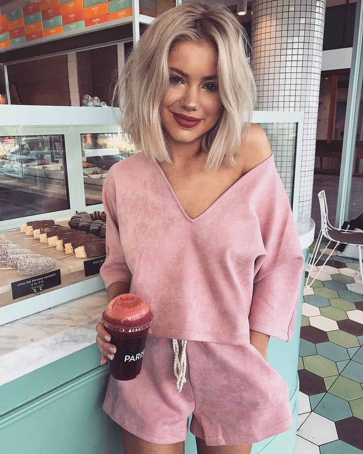 """15.7 k mentions J'aime, 99 commentaires - Laura Jade Stone (@laurajadestone) sur Instagram : """"Give me one of everything Wearing @saboskirt   Use my code laurastone for 10% off """". Pink. Blush. Sweats."""