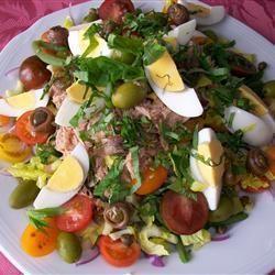 Ensalada Nicoise 6 huevos 1 pepino, pelado 8 tomates, cortados en cubos 1 rama de apio, cortada en cubitos 1 morrón verde, cortado en cubos 50 gr de perejil picado 1 lata de atún en aceite 10 aceitunas 8 filetes de anchoa en aceite Vinagreta
