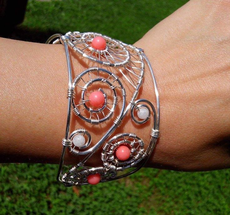 Bratara realizata manual din fir placat cu argint si pietre semipretioase- coral roz si jad alb.