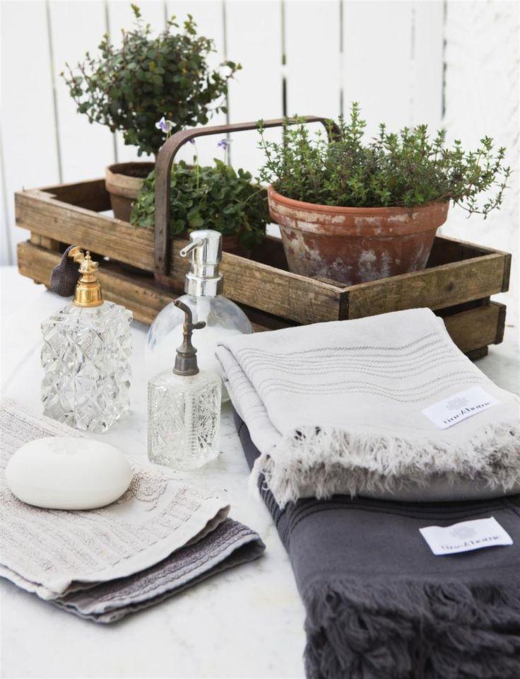 Till duschen. På bordet finns allt som behövs för en svalkande dusch.