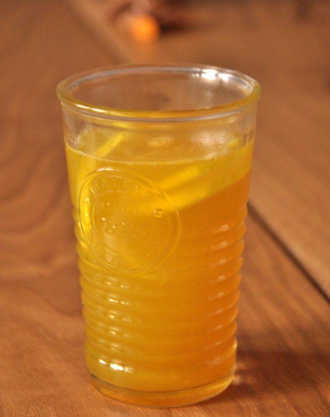 Nie daj się przeziębieniu! Wypróbuj prosty przepis na rozgrzewający napój imbirowy z kurkumą. Wzmocnij swoją odporność.