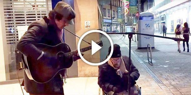 Бездомный попросил уличного музыканта подыграть ему. Их «Summertime» разорвал Интернет!