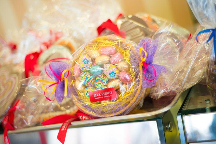 Συσκευασίες πασχαλινών δώρων γεμάτες σοκολατένιες λιχουδιές.