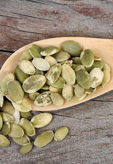 """Os 10 melhores alimentos para turbinar o cérebro - Os 10 melhores alimentos para o seu cérebro - Não subestime os poderes das sementes de abóbora, viu? Ricas em zinco, deixam a sua memória tinindo e o seu foco na mira das tarefas certas! """"Além disso..."""