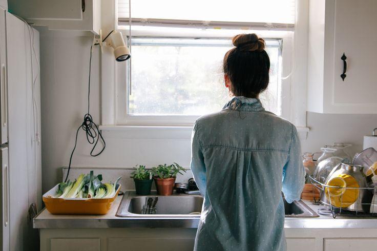 毎日使う場所だからこそ、清潔にしておかなくちゃ。分かってはいるけど、掃除がついつい億劫になってしまう箇所、キッチン。簡単だから毎日でもできる、おうちにあるものを使っての台所掃除のコツをご紹介します。きっとお掃除が少し楽しくなりますよ♪