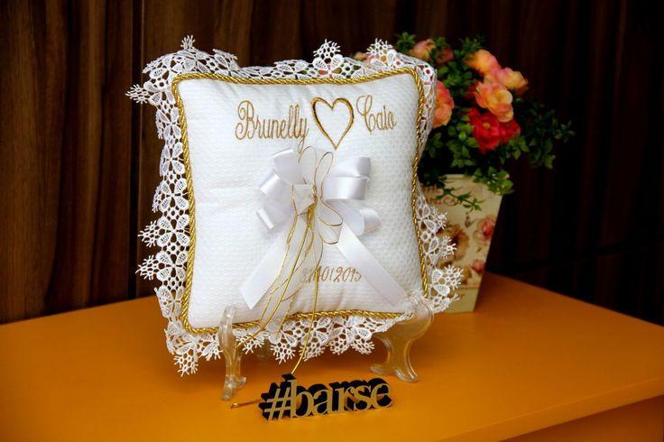 Isto é o que chamamos de personalização! Almofada com tecido piquet, com bordado na cor que você desejar, com nome dos noivos e data do casamento. A renda lateral pode ser alterada conforme disponibilidade. Medidas: 20x20