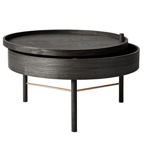 Turning Table fra Menu er designet av den tyske designeren Therese Arns, med det formål å skape et enkelt bord med innebygget oppbevaring til alt hva som er fint å ha tilgjengelig i stuen. Bordet er elegant, innbydende og funksjonelt og kan brukes i flere sammenhenger, som f.eks sidebord og sofabord eller som nattbord med plass til en god bok. Bordet betjenes enkelt med et lett trekk i topplaten, hvor det skjulte oppbevaringsrommet kommer til syne.Materiale : Svart ask / messingMål : ...
