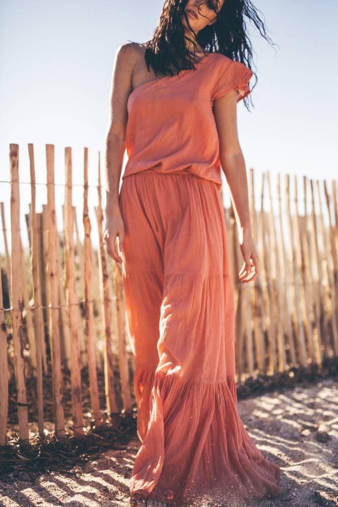 Langes Kleid von mai68, läuft deshalb hat schräg eine Hülse mit Rüschen.