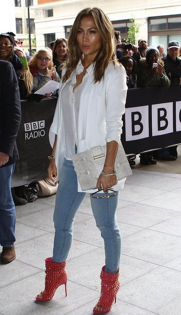 Jeans azules. Blusa blanca. Zapatos rojos                                                                                                                                                                                 Más