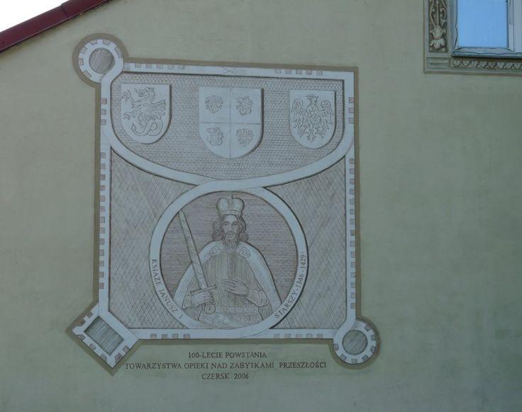 Wizerunek księcia Janusza I Starego na tle Zamku Książąt Mazowieckich (technika sgraffita) znajduje się na ścianie szczytowej budynku przy pl. Tysiąclecia 14