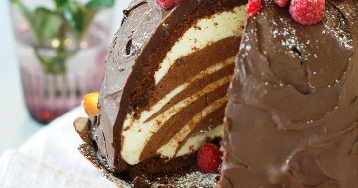 Kahden suklaan moussekakku on hämmästyttävän kaunis ja suussasulava herkku! Kuohkean kakkukupolin sisällä lymyää kahden suklaan täyteläinen moussetäyte, jonka s
