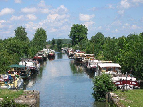In Burgundy you will find about 1200 km of marvelous canals and rivers almost deserted by commercial traffic but just waiting for you ...