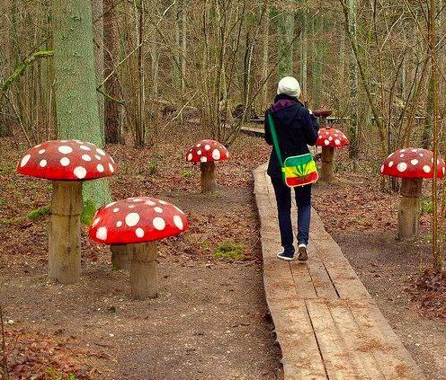 15 diy wood log ideas for your garden decor gardens - Alice in wonderland outdoor decorations ...