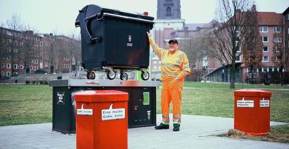 """Nasce ad Amburgo il nasce il progetto Trashcam! Un classico cassonetto della spazzatura trasformato in una gigantesca fotocamera con foro stenopeico. Obiettivo? Immortalare con queste """"bidon-camere"""" i posti più belli della città, mostrandone le bellezze ma anche, e soprattutto, l'importanza di tenerle pulite ogni giorno e di combattere l'inquinamento che le affliggono!"""