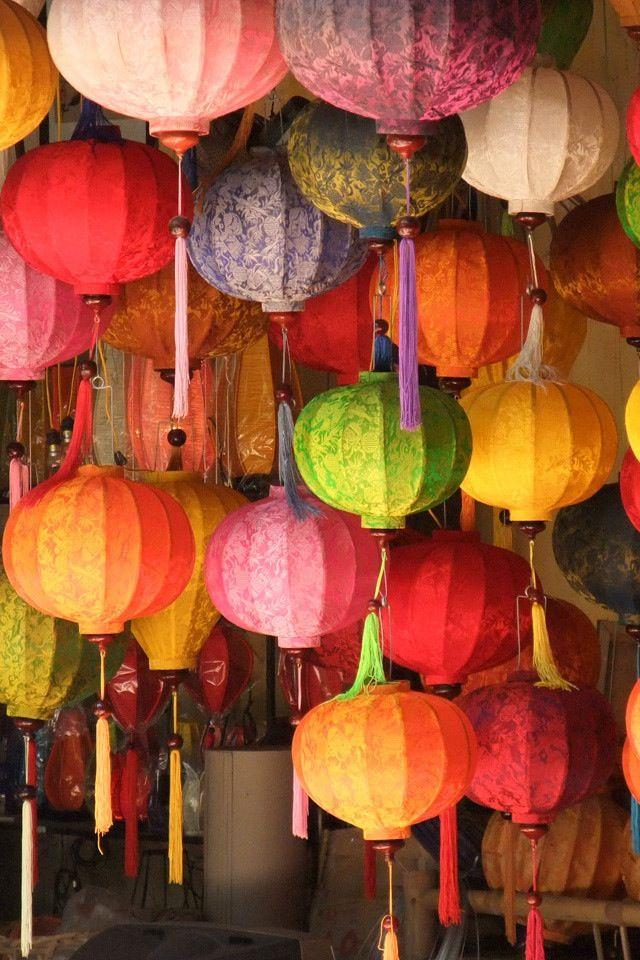Lanternas de papel. As cores bonitas em um tema asiático.