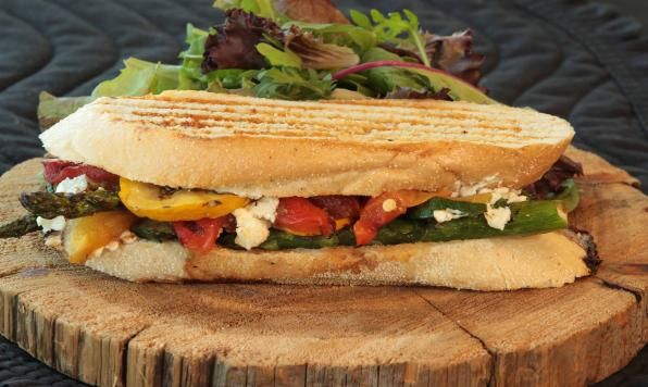 Les légumes grillés se marient bien au fromage de chèvre. C'est pourquoi nous les avons combinés dans ce panini végétarien. Du fromage de chèvre crémeux, des légumes sucrés grillés et du glaçage balsamique dans un panini croustillant.