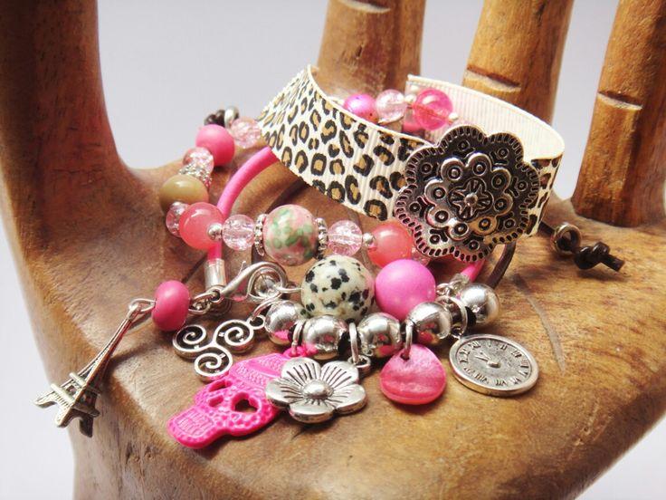 Conjunto de pulseras en tonos rosa.