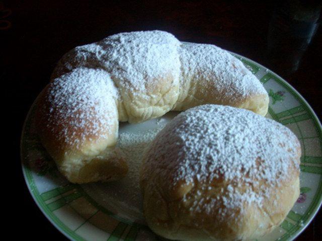 cornetti vegan - Ingredienti:  150 g di Farina 00 - 150 g di Manitoba - 50 g zucchero - 40 g di olio - 150 g di latte di soia - 100 g Pasta Madre - un pizzico di sale - 1 bustina di vanillina - scorza di limone grattugiata - marmellata di albicocche per farcire - zucchero a velo