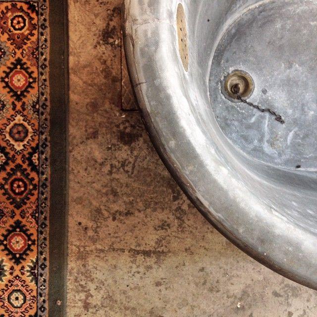 VECCHIA VASCA DA BAGNO E TAPPETO / OLD BATHTUB AND CARPET