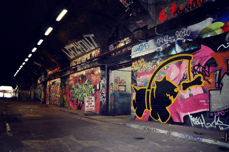 Londra'da mutlaka görmeniz gereken bir yer; Waterloo Graffiti Sokağı, Leake Street olarak biliniyor. Sokağın iki duvarında da yer alan graffitileri bir sokak sergisi gezermiş gibi görebilir, çalışan graffiti sanatçılarını izleyebilirsiniz. #London
