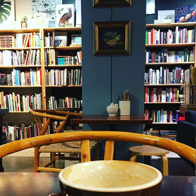 Coffee, books & hygge vibes on a rainy spring day in Wellington city. It's a rare quiet moment for me during the NZ school holidays 💆🏼☕️#ekorbookshopcafe #hygge #cosy #greatcafe #wellingtoncoffee #wellington #wellingtonnz #survivingtheholidays