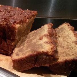 Caramelcakemetkandij  200 gram boter 200 gram bloem 100 gram basterdsuiker 80 gram suiker 4 grote eieren 2 tot 4 eetlepels dikke stroop 0,5 pot bebogeen (caramel) handvol kandij