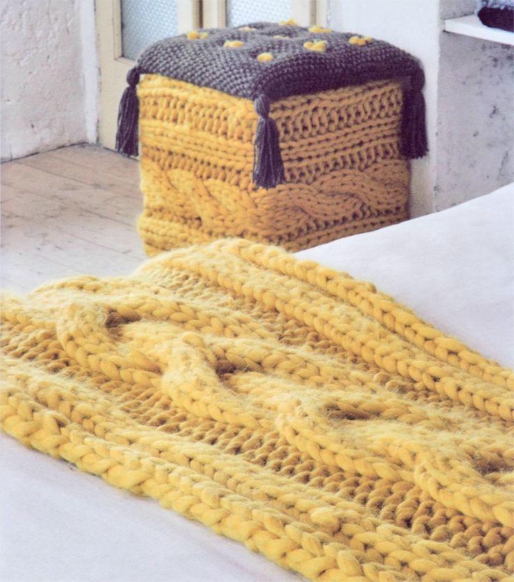 Di seguito trovate la spiegazione per realizzare a maglia un set arredo camera composto da un copripouf, un cuscino e una splendida striscia/plaid da letto.