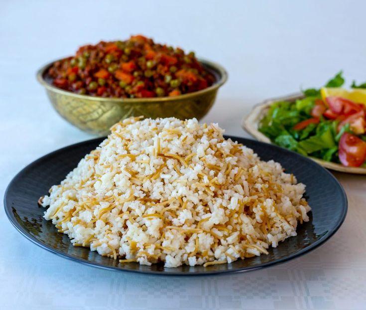 Smörstekt ris med vermicelli är ett gott turkiskt ris som är som gärna serveras bredvid en smarrig gryta. Samma typ av ris är också väldigt populär i Mellanöstern. Mina barn älskar att äta riset med yoghurt och det gjorde jag också när jag var liten 😀 RECEPT PÅ GRYTAN HITTAR DU HÄR! 6 portioner 5 dl ris (valfri sort, se bild nedan vilken sort jag har använt) 2 dl vermicelli 15 g smör 2 msk olja Ca 1,5-2 tsk salt Ca 7-8 dl vatten Gör såhär: Tvätta riset och sila sedan av det ordentligt…