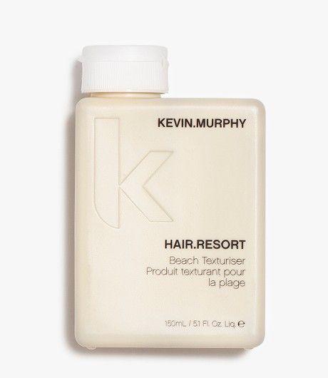HAIR.RESORT 150 ML Beach texturizer Haar alsof je net van het strand af komt? Dat kan je bereiken met de olievrije texturizer: HAIR.RESORT. Kevin ontdekte het product per ongeluk, toen tijdens een shoot de oogschaduw van de make-up artiest mengde met één van zijn haarproducten. Dit gaf een te gekke textuur aan het haar, dat hij het product ontwikkelde voor zijn productlijn KEVIN.MURPHY!