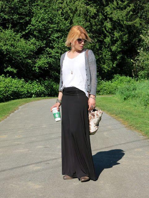 укладка макси юбка черная майка с громоздкая белый чай и сморщенное кардиган