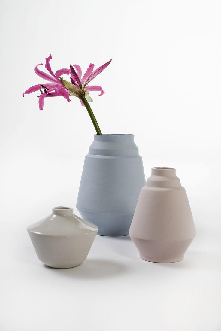 Handgemaakte keramische vaasjes 'Liesje', 'Joyce' en 'Feline' van Hella Duijs, uitgevoerd in verschillende pastelkleuren. / Handmade ceramic vases 'Liesje', 'Joyce' and 'Feline' by Hella Duijs in different colours pastel.